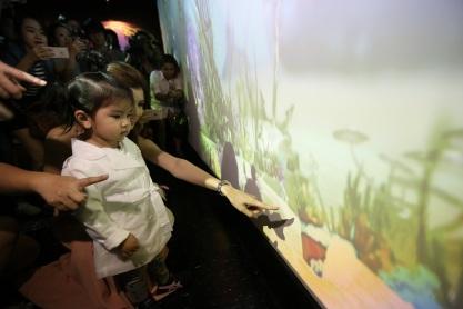 แม่โบว์-แวนด้า สอน น้องมะลิ ให้อาหารปลาของตัวเองในทะเลดิจิตอล