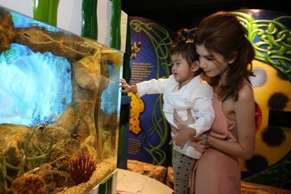 แม่โบว์-แวนด้า อุ้ม น้องมะลิ ดูปลาในตู้เพื่อเป็นแบบในการระบายสี